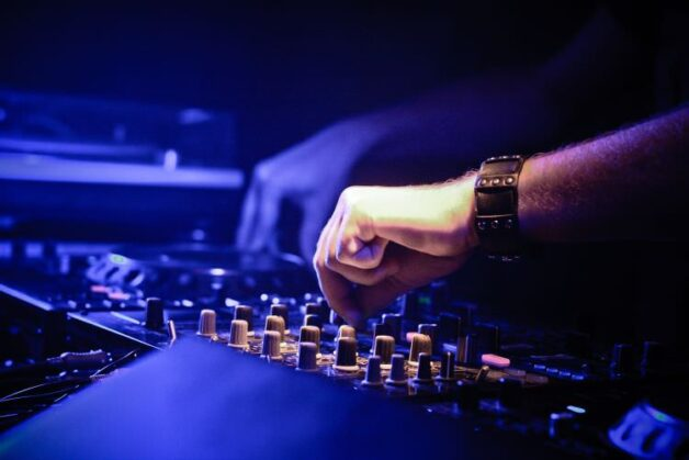 Comment réserver un DJ pour une soirée dansante ?