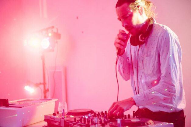 réserver un DJ pour une soirée dansante