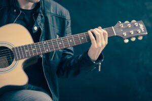 Musique : comment choisir sa première guitare acoustique?