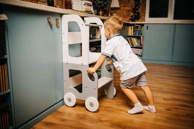petit garçon poussant son escabeau